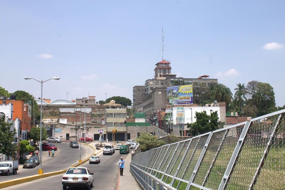 Hombre se suicida del Puente 2000 en Cuernavaca