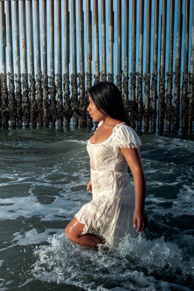 Yalitza Aparicio en el muro fronterizo de Tijuana