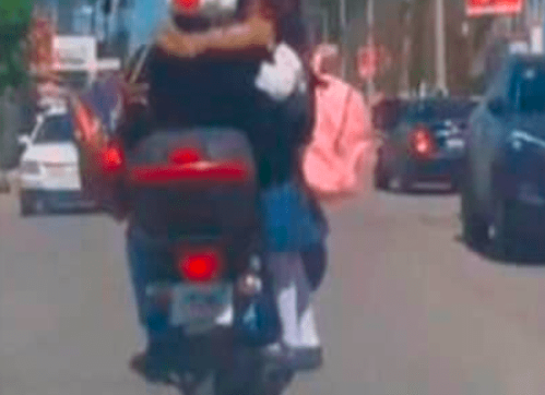Se viraliza foto de niña sobre escape de moto y causa indignación