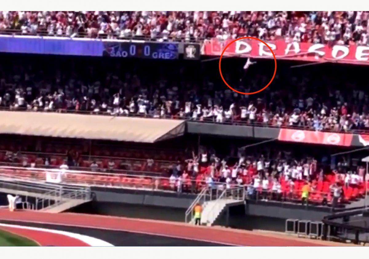Hombre cayó desde una grada en un estadio de Brasil (VIDEO VIRAL)
