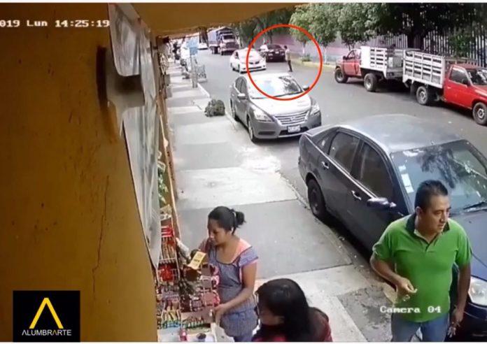 Sujeto se avienta a un automóvil en marcha (VIDEO VIRAL)